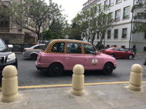 ピンク色のタクシー