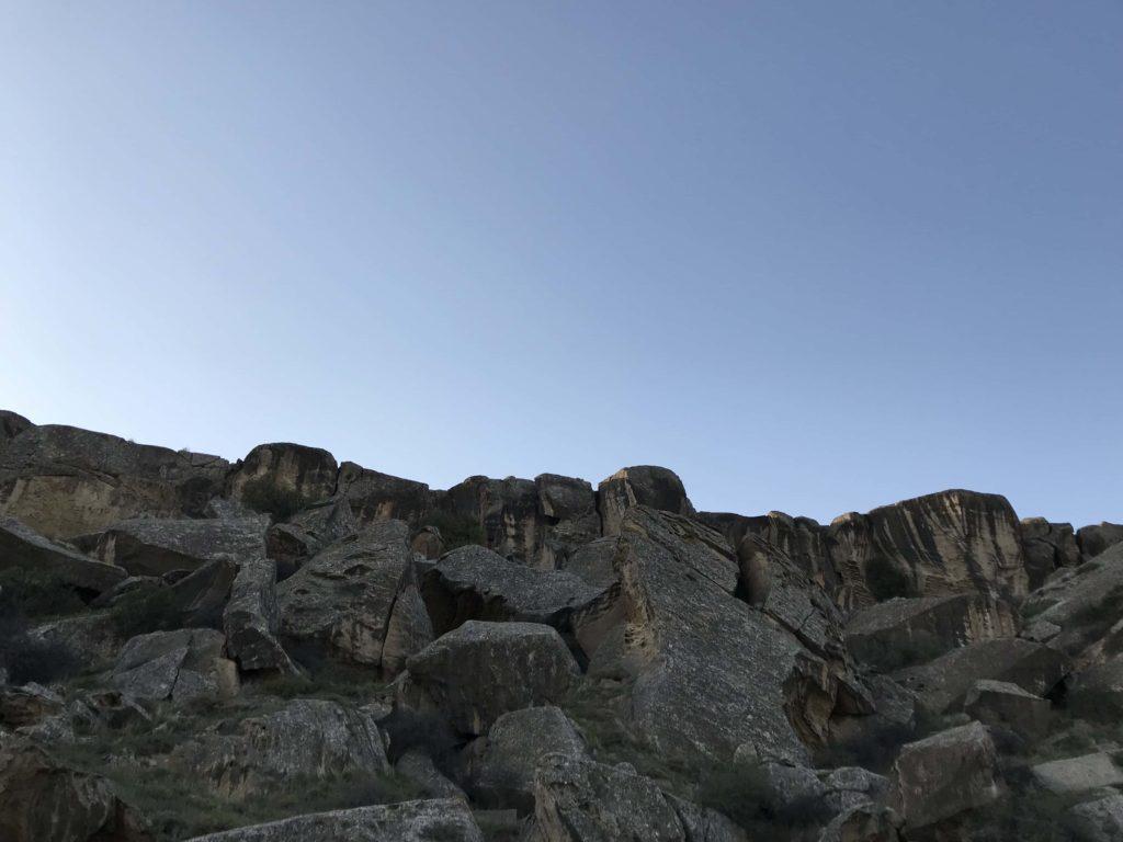 ゴブスタン国立公園の岩山