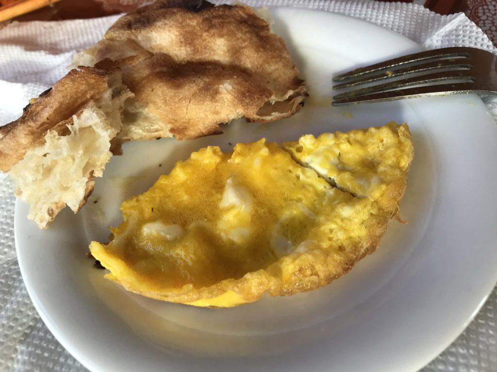 スクランブルエッグとパン
