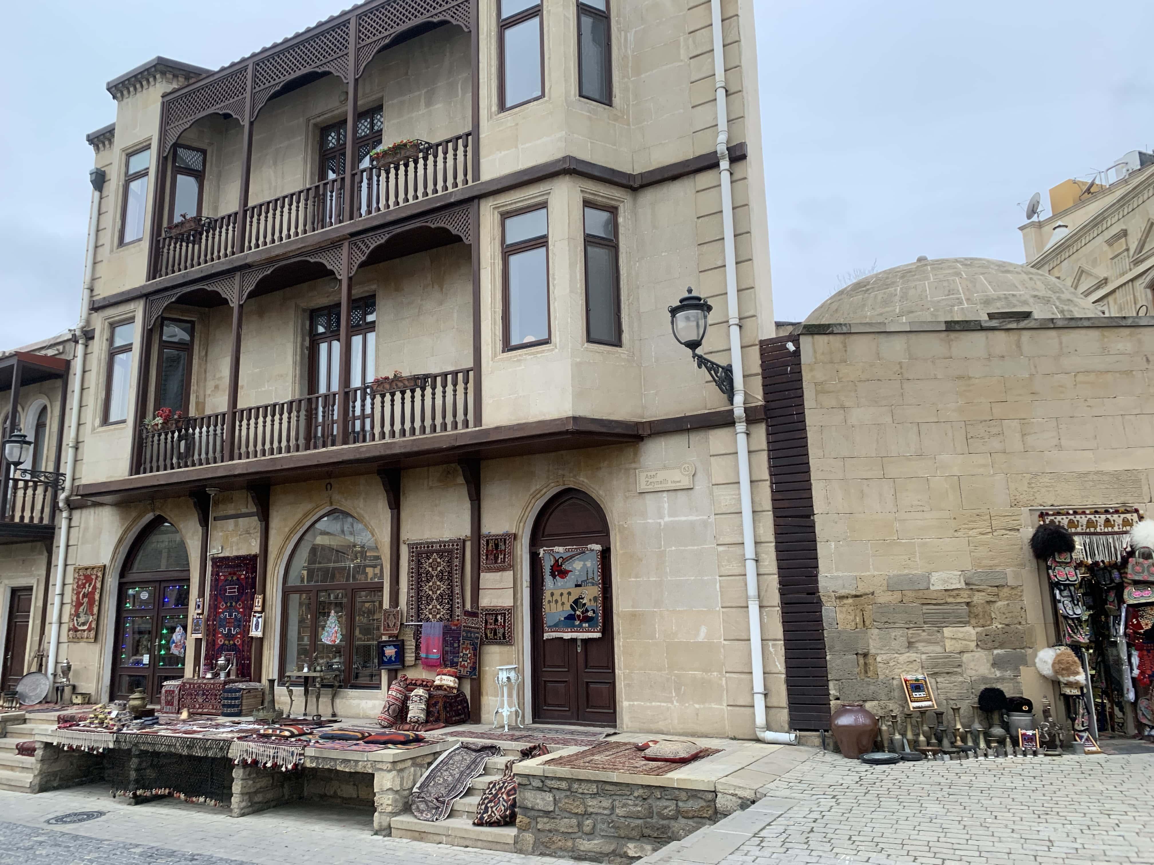 旧市街の土産店