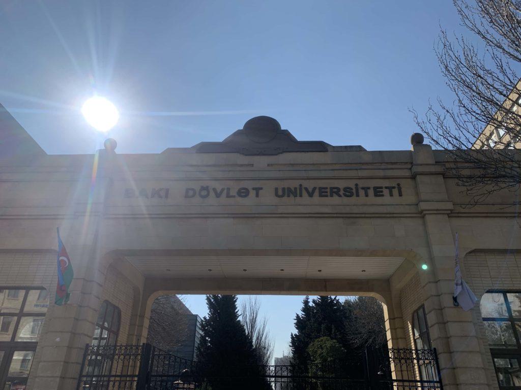 バクー国立大学の門