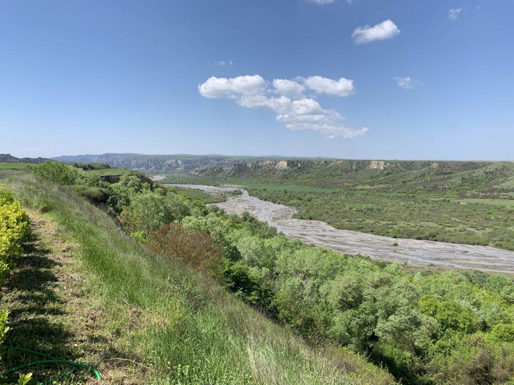 河川とぶどう畑