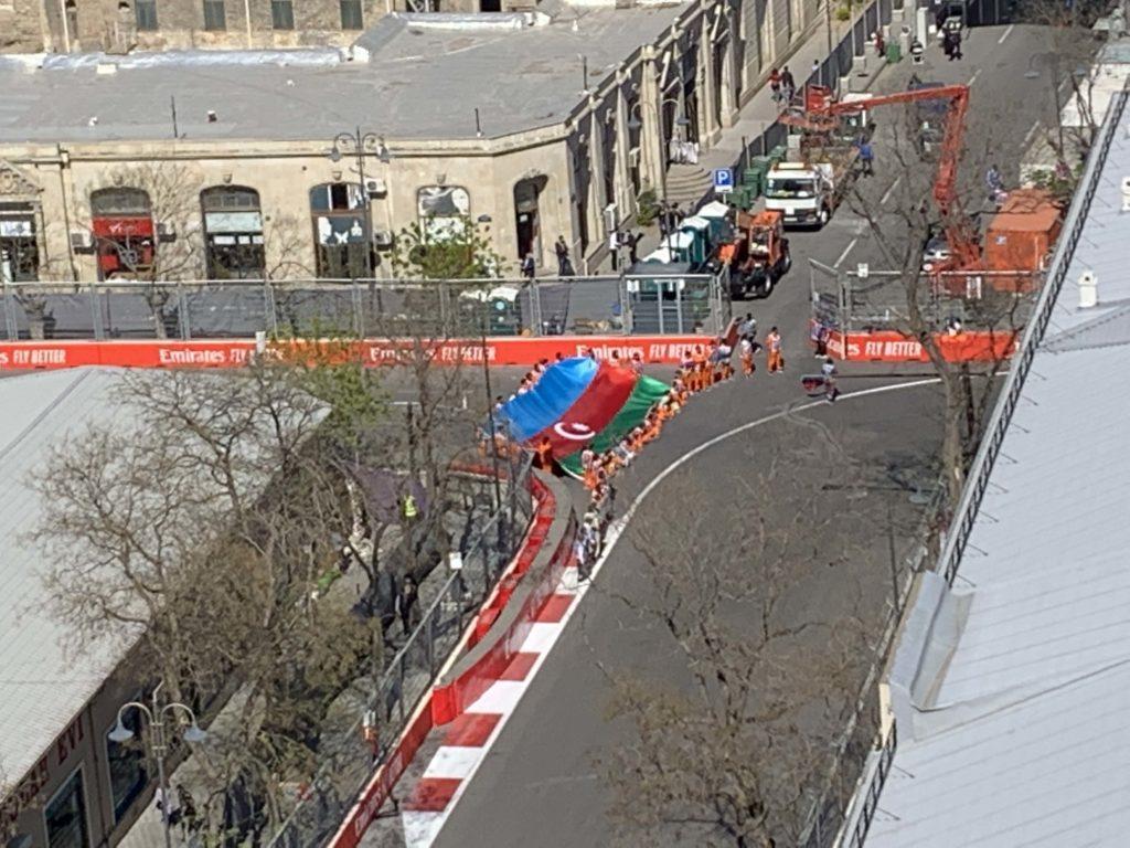 F1スタッフと国旗
