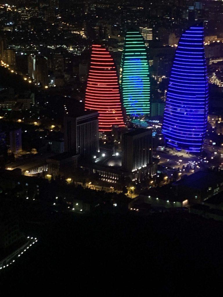 三色のフレームタワーズ