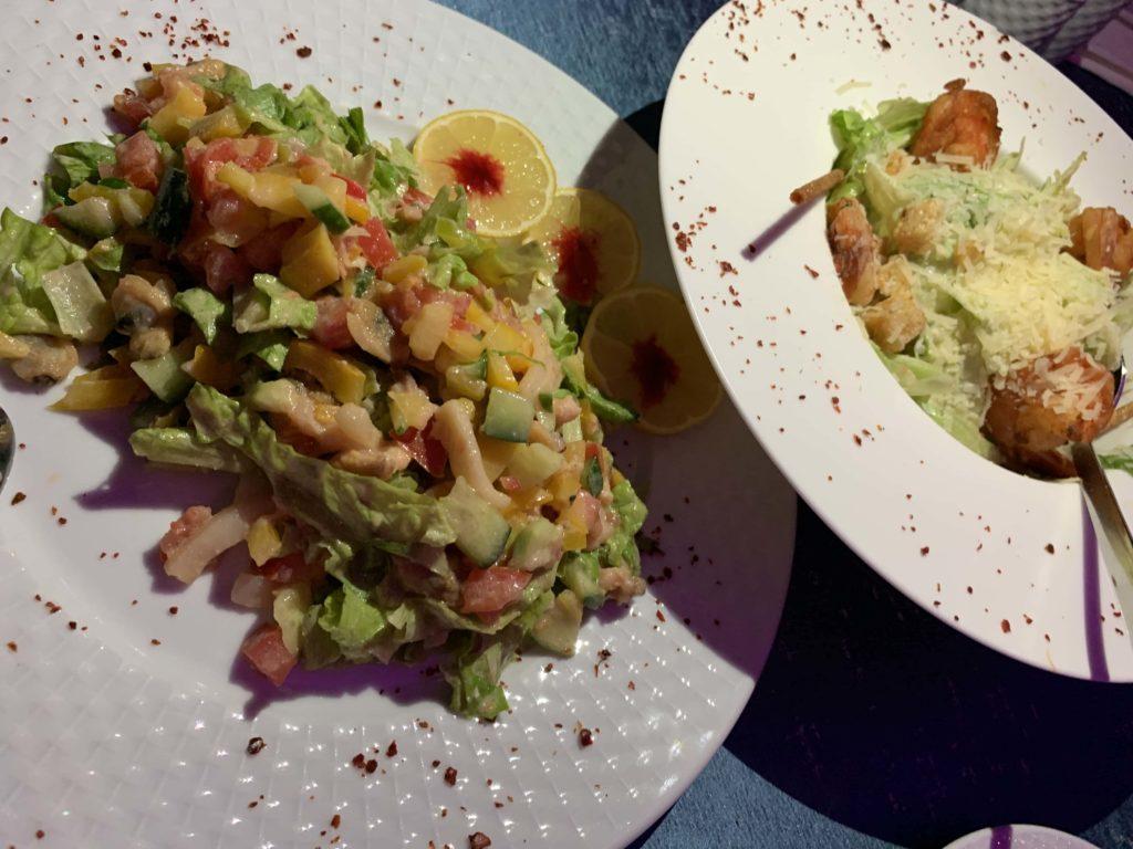 シーザーサラダとシーフードサラダ