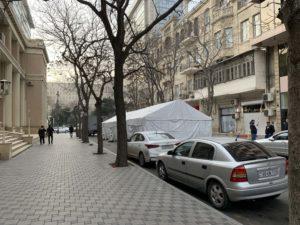 道路にテント